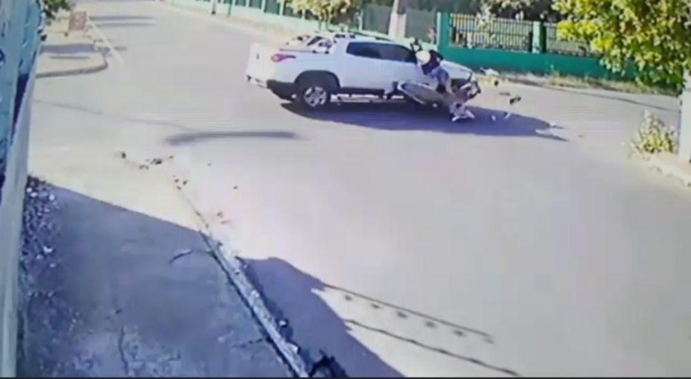 Imagem da colisão do carro com a moto. Foto: Reprodução imagens de circuito interno
