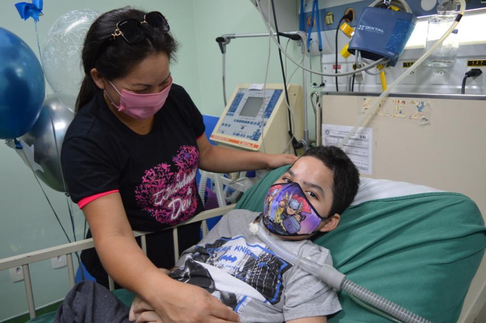 Menino que viveu nove anos em leito hospitalar recebe alta do ICAM