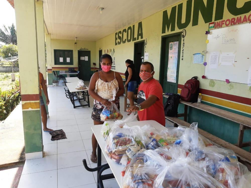 Estudantes recebem kits de alimentos da Prefeitura de Barreirinha