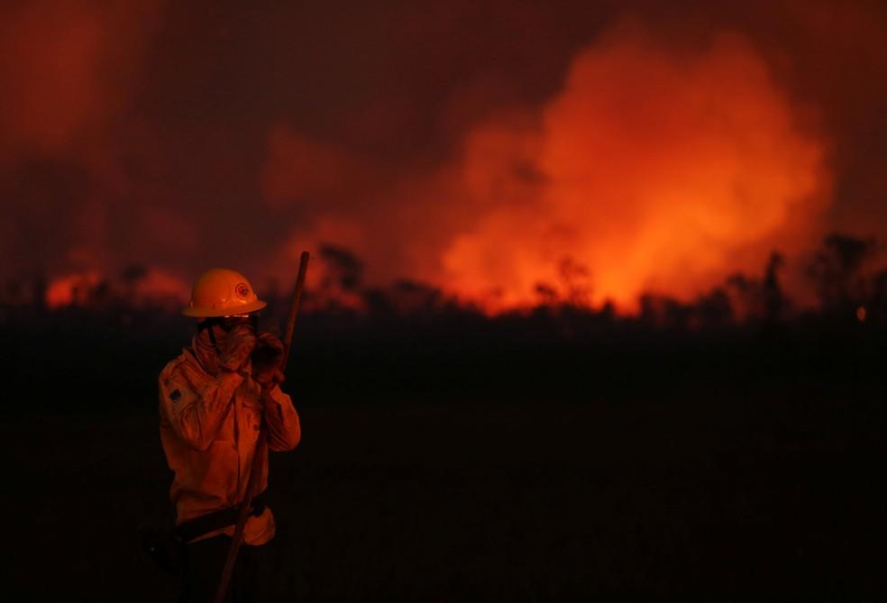 Brigadista combate queimada na região sul do estado de Amazonas — Foto: Bruno Kelly/Reuters