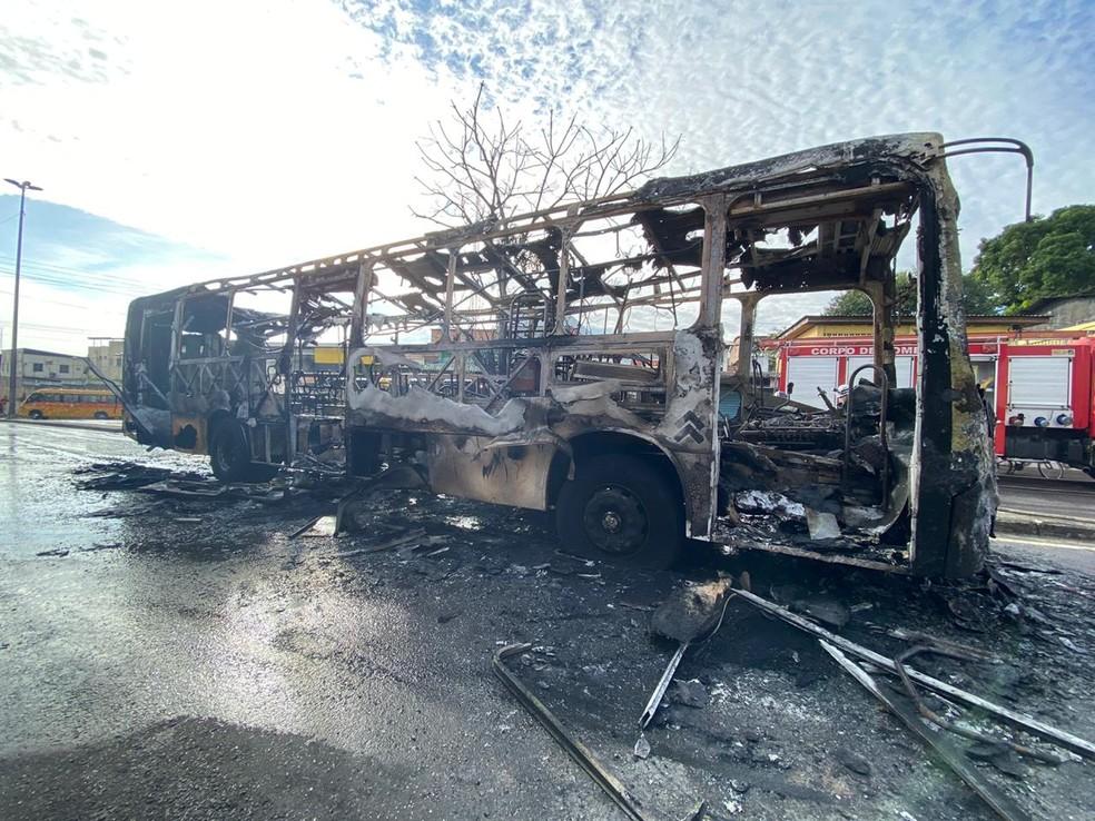 Ônibus pega fogo e fica completamente destruído na Zona Leste de Manaus