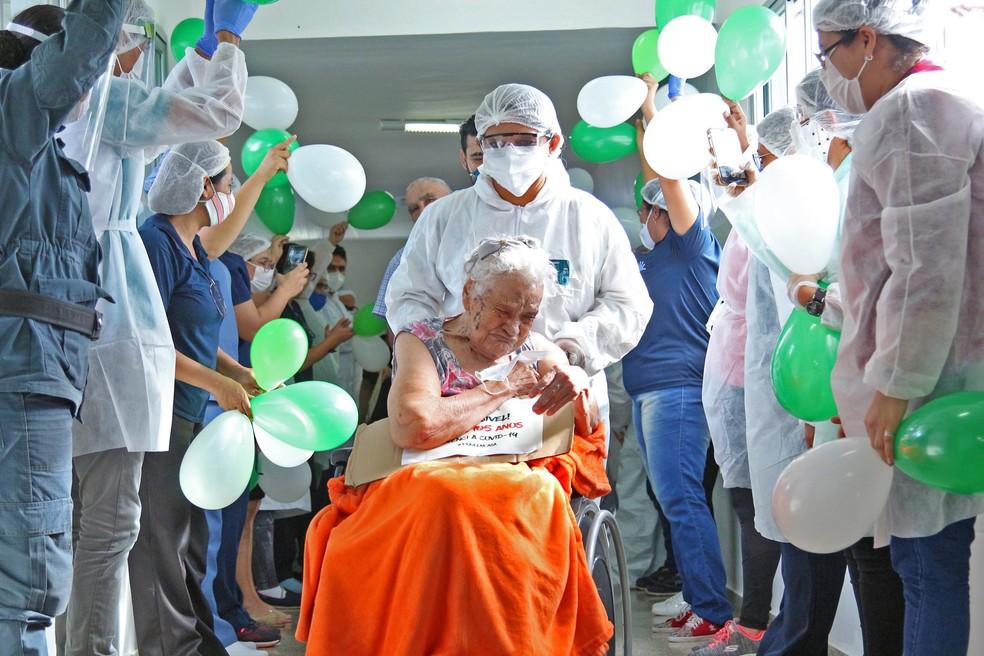 Arminda Santos, de 105 anos, teve alta a enfermaria da Fundação Doutor Thomas, em Manaus, depois de se recuperar da Covid-19. — Foto: Nathalie Brasil / Semcom