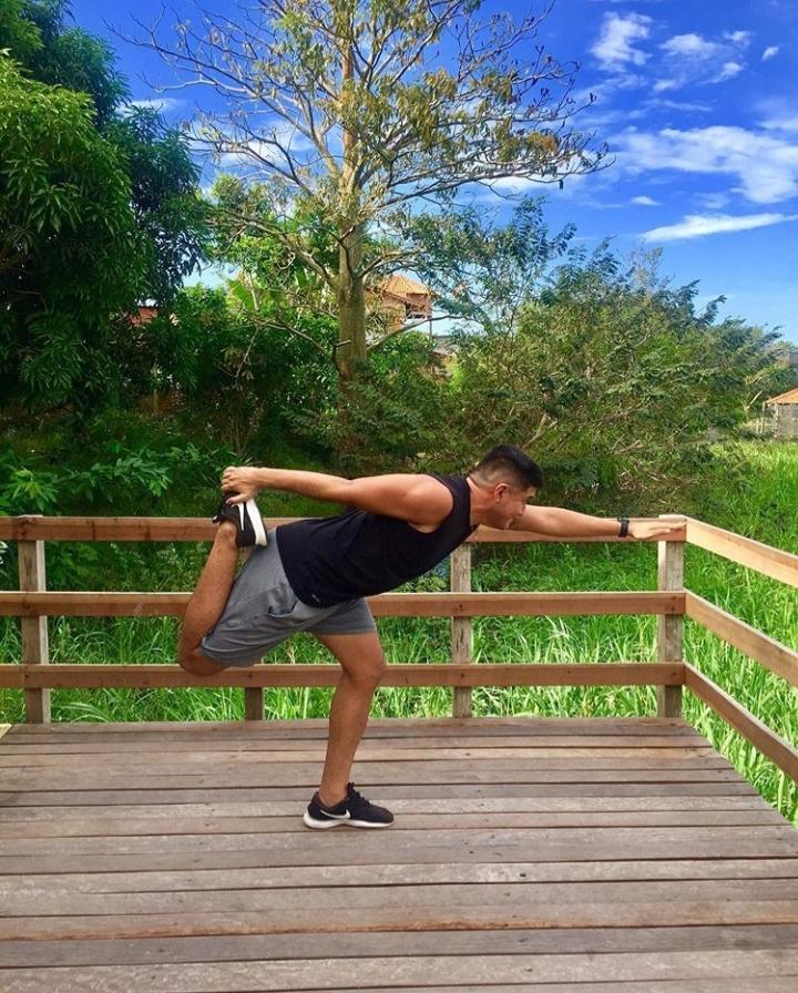 Personal trainer elabora programa de treinamento para exercícios em casa, com preço acessível
