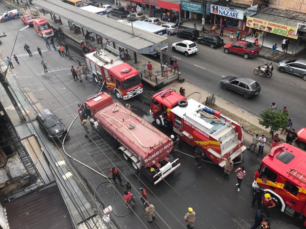 Incêndio atinge loja de colchões na Zona Leste de Manaus