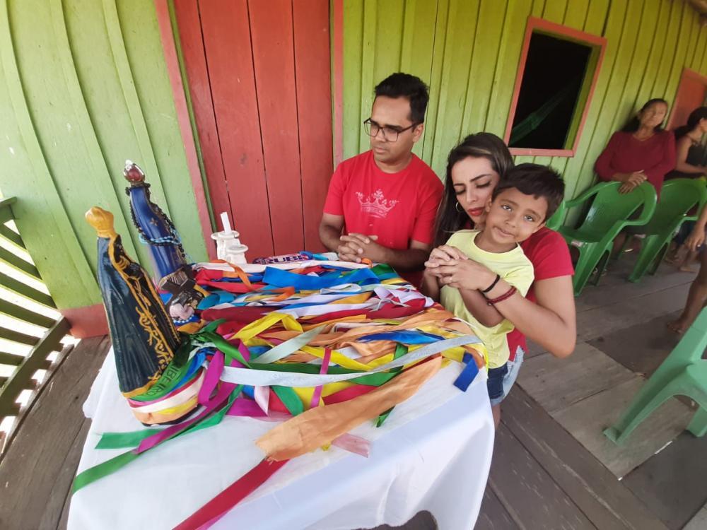 Israel Paulain e a esposa durante visita a comunidade rural de Nhamundá