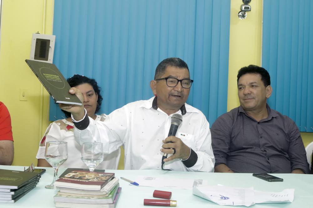 Jornalista e sociólogo Wilson Nogueira doa livros e autografa seu mais recente livro