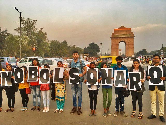 Manifestantes contra a presença de Bolsonaro como líder convidado pelo governo indiano para a comemoração do Dia da República / Bhavreen Kandhari/Twitter