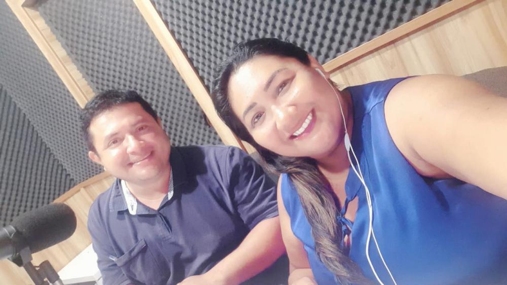 Graciene Marinho e Carlos Alexandre apresentam diariamente o Jornal de Parintins na Rádio Clube.