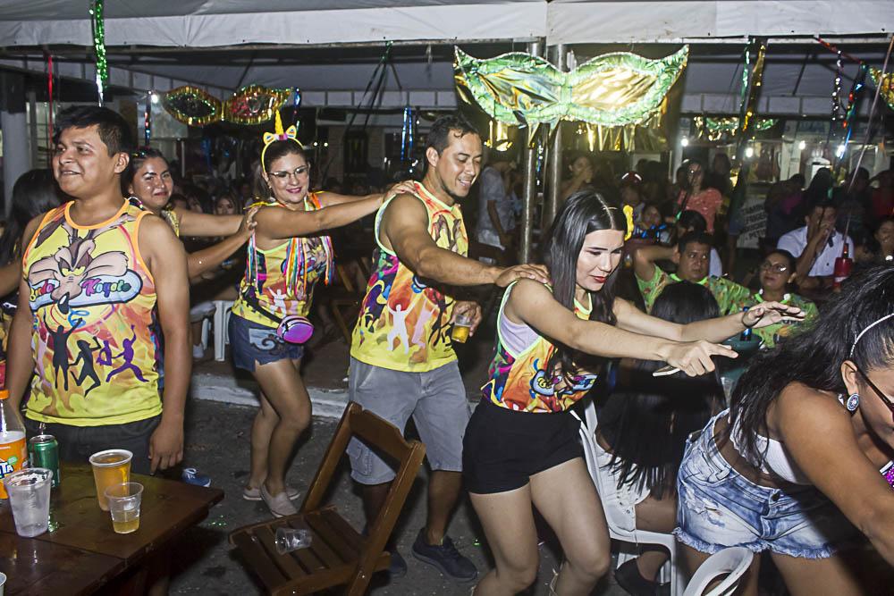 Foliões no famoso trenzinho carnavalesco. (Foto: Eduardo Gomes)