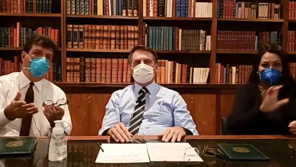 Bolsonaro faz live de máscara após se submeter a exames após a confirmação de coronavírus no chefe da Secom da Presidência
