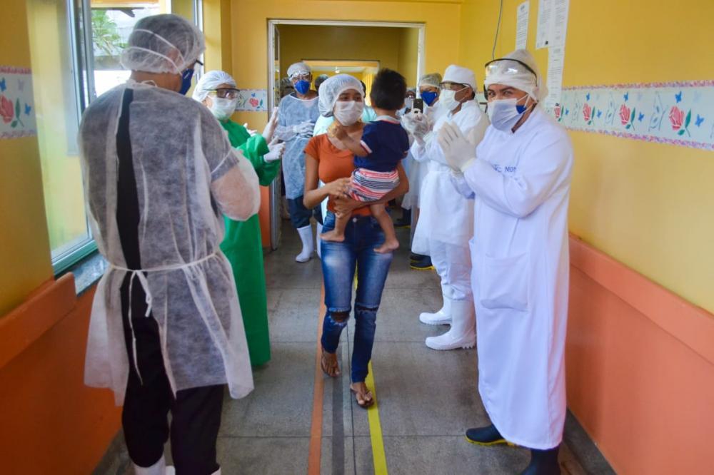 A criança de 1 ano e quatro meses, nos braços da mãe, deixa o hospital Jofre Cohen. Foto: Pitter Freitas