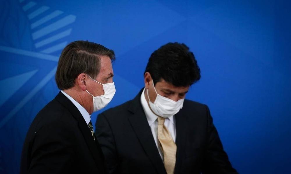 O presidente Jair Bolsonaro ao lado do ministro da Saúde Luiz Henrique Mandetta em coletiva no Planalto Foto: Pablo Jacob / Agência O Globo