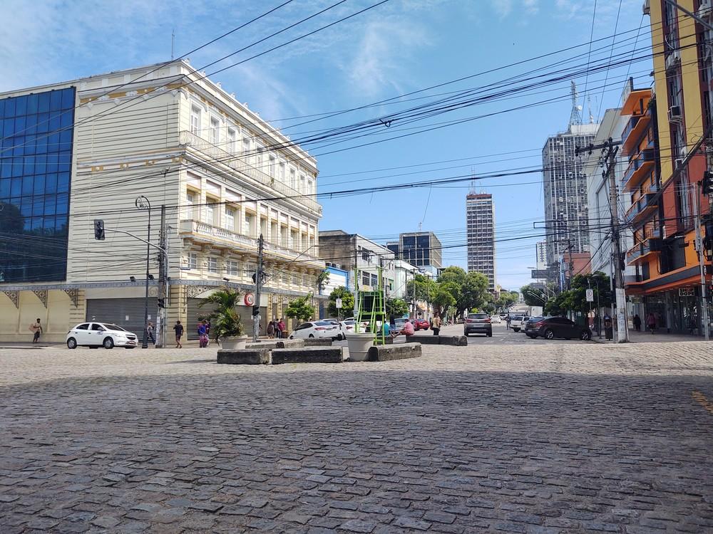 Trecho da Avenida Eduardo Ribeiro, área de comércio no Centro de Manaus, é visto com pouca movimentação na manhã desta quarta (25) — Foto: Eliana Nascimento/G1 AM