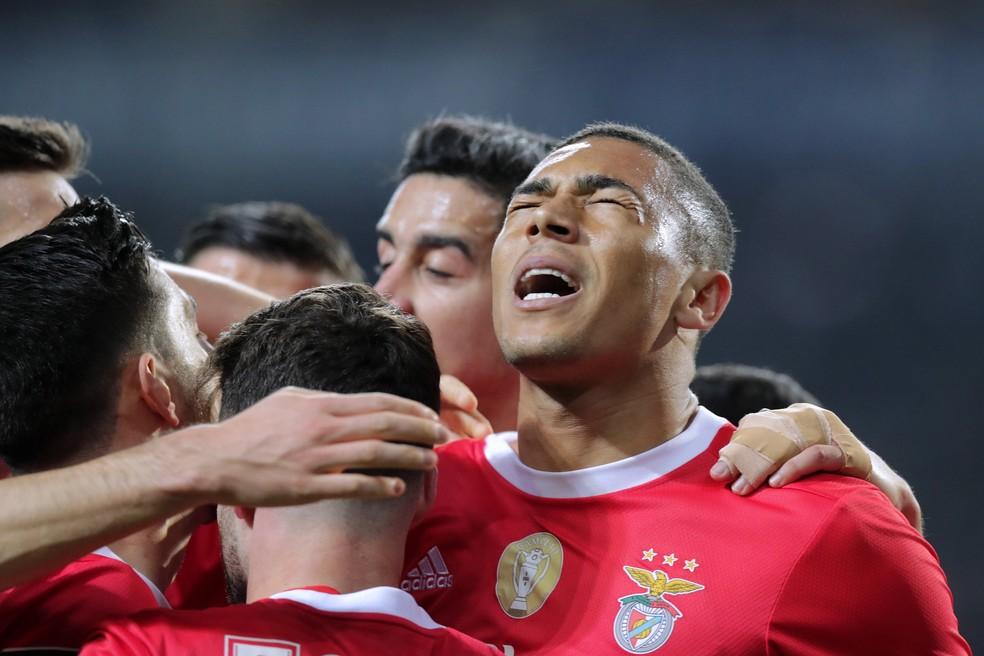 Carlos Vinícius, atacante brasileiro do Benfica, tem 20 gols na temporada — Foto: EFE/EPA/MANUEL FERNANDO ARAUJO