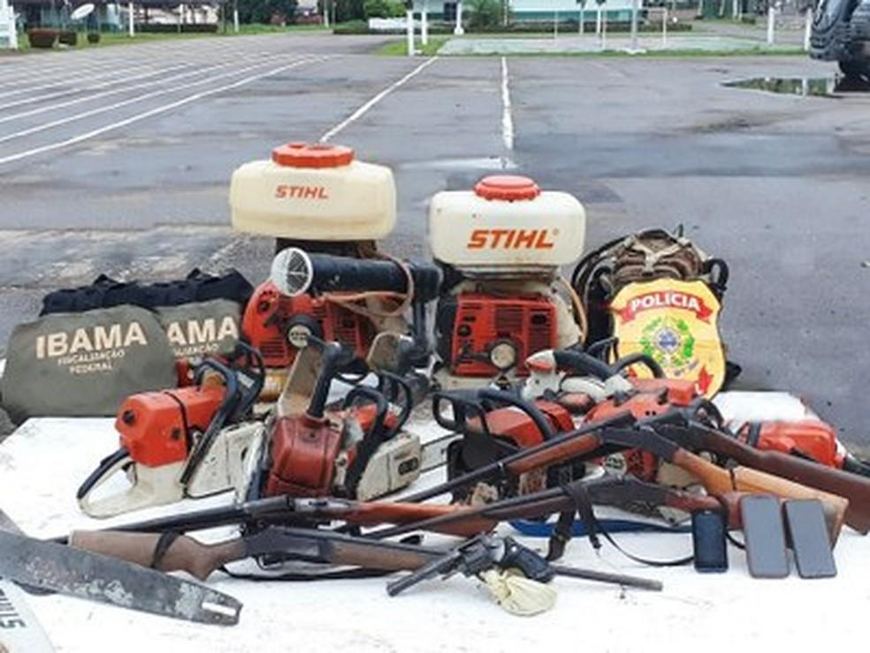 foram aprendidas 14 armas de fogo, 14 motosserras e outros instrumentos que dão suporte aos crimes investigados — Foto: Divulgação