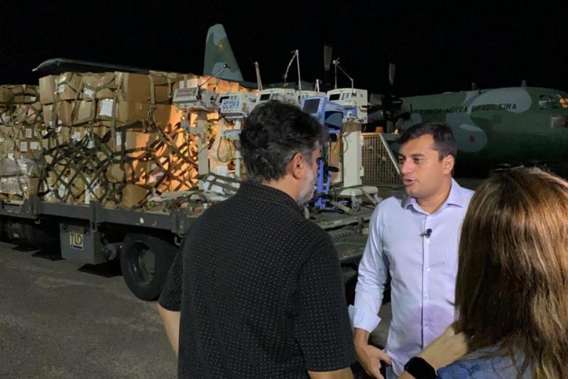Governador recebeu respiradores no aeroporto de Manaus